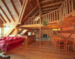 Chalet  XVIIIème  200m2, sauna,jacuzzi, cheminée.  situé dans un site majestueux face au massifs.