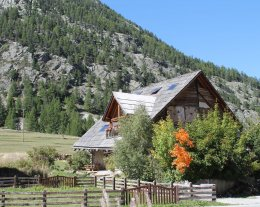 Chalet  XVIIIème,  jacuzzi, sauna, cheminée.  situé dans un site majestueux face au massifs.