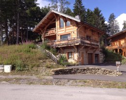 Chalet traditionnel en mélèze, vue magnifique sur massif, proche pistes & commerces, capacité12 personnes, grand confort, 4 chambres, 2Sdb, 2WC, WIFI, 2TV  (USB/HDMI, dont 1 home cinéma), babyfoot, classé 4*/10p, parking 3/4 places ,1 garage.