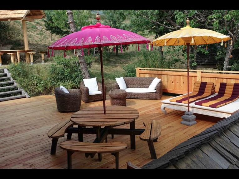 Location chalet de luxe kookaboora 4 300m2 hqe jacuzzi for Salon ouvert sur terrasse