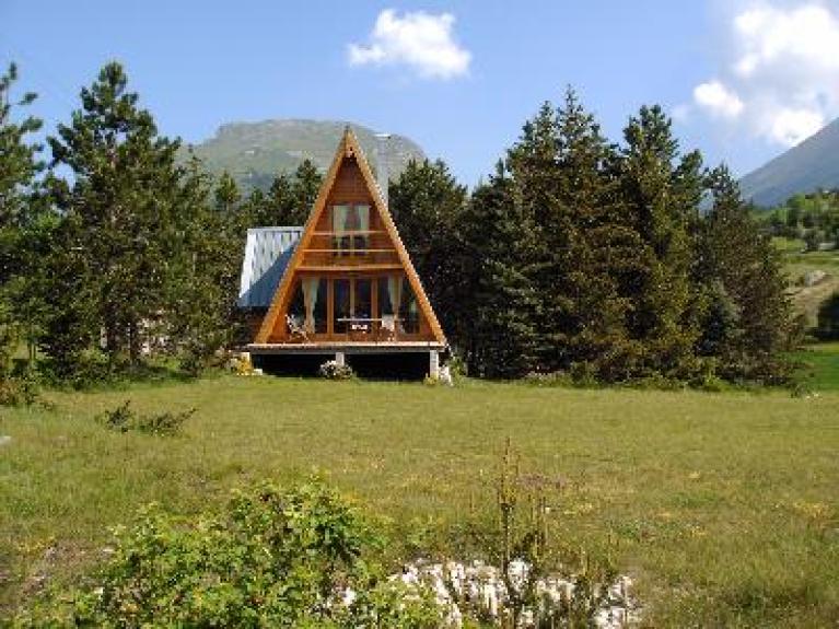 Photo chalet montagne simple chalet montagne sapins dans for Mettre un chalet dans son jardin